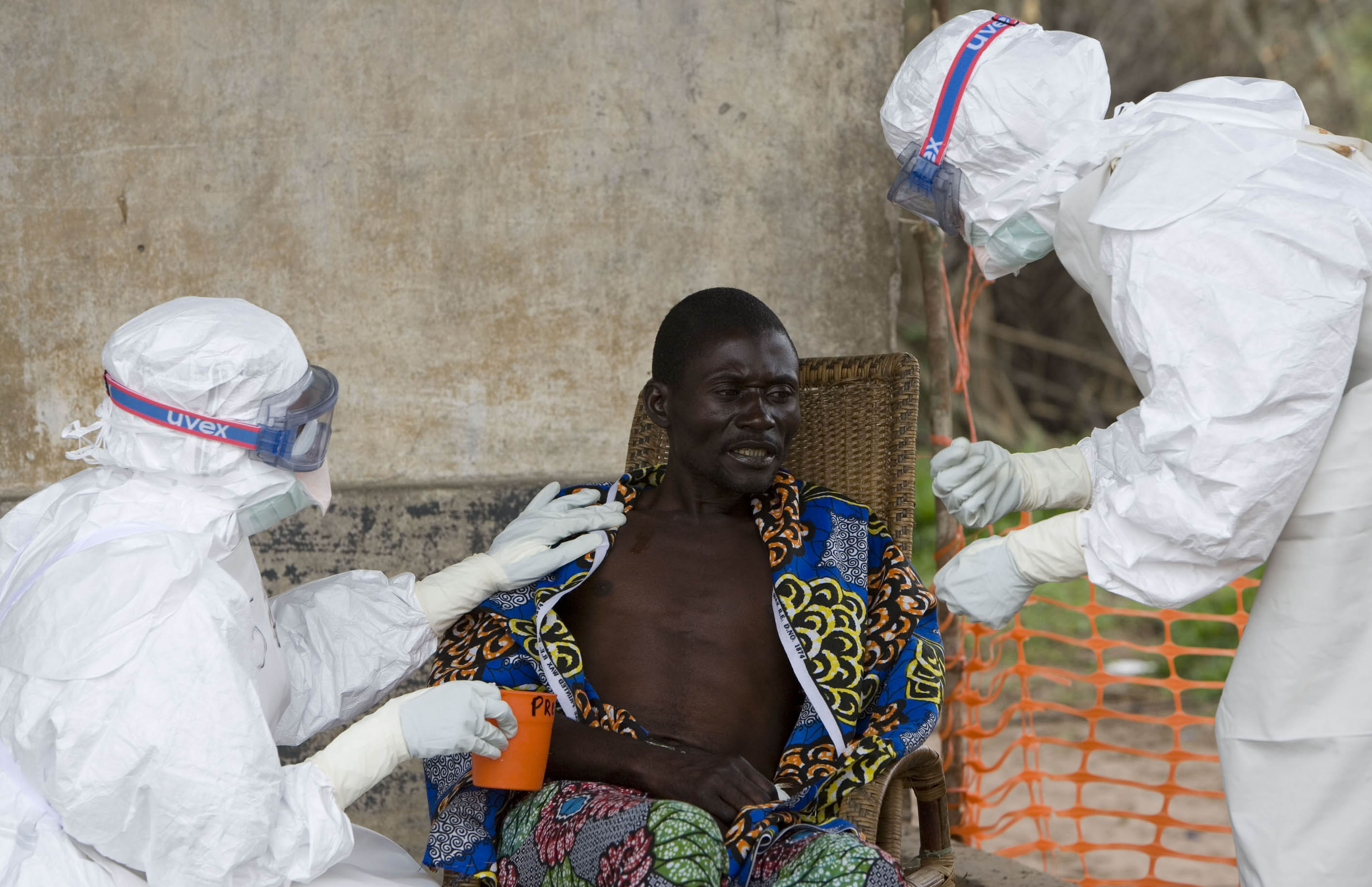 Ebola health workers tend to congolese patient with Ebola fever