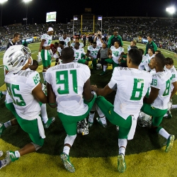 University of Oregon players pray before game