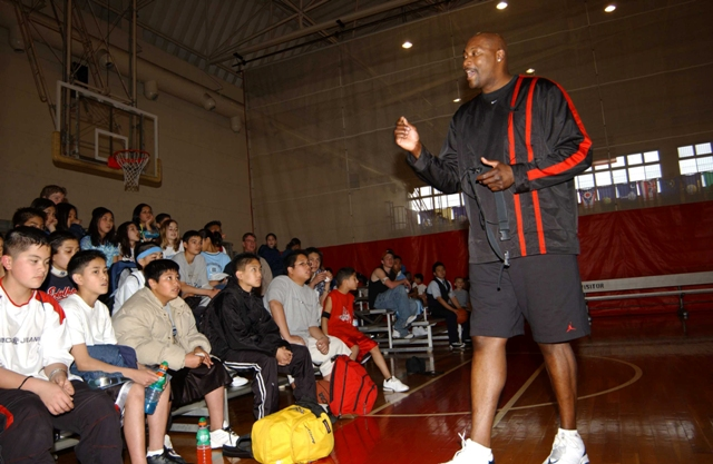 Jerome Kersey speaks with kids