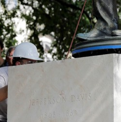 Statue of Confederate president Jefferson Davis being removed from University of Texas campus lawn