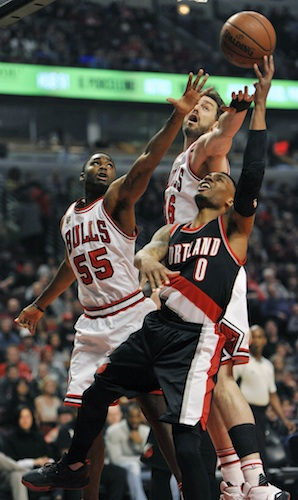 Damian Lillard goes up against Bulls defenders