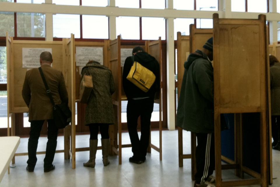 Voters voting in the 2010 election. (Wikimedia photo/Alex Lee CC BY 2.0)