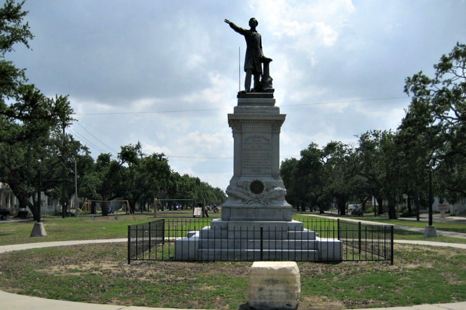 "Davis Parkway, Mid City New Orleans. Jefferson Davis monument, colloquially known as the ""Jeff Davis monument"" (Wikimedia Commons)"