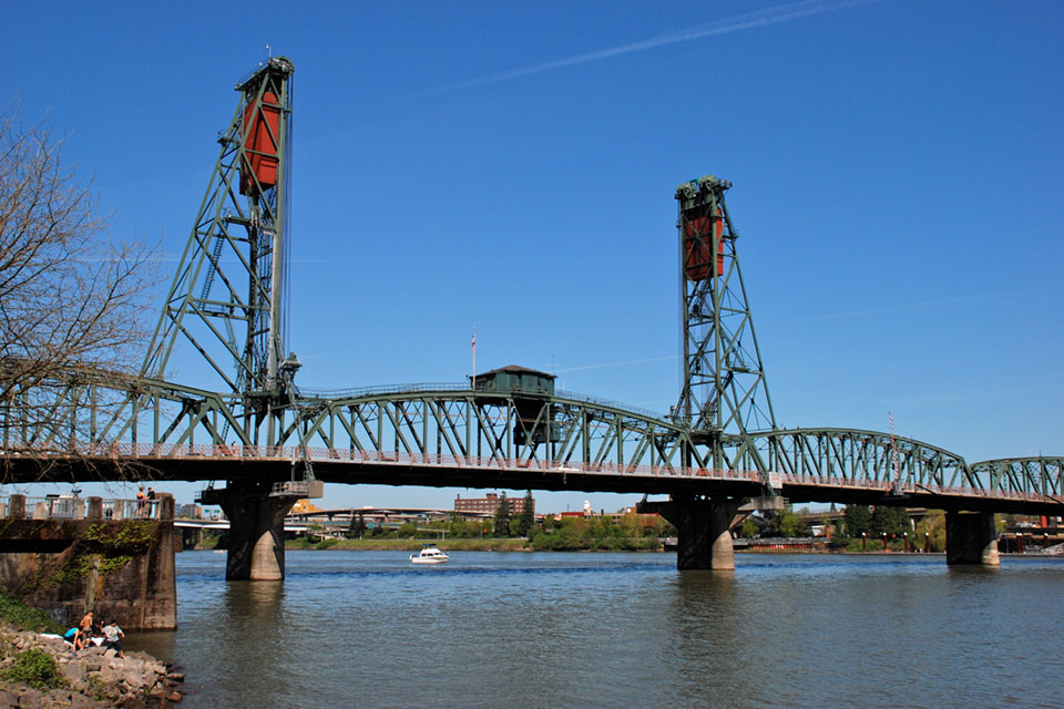 Hawthorne Bridge traffic includes 30,000 motor vehicles/day, including 800 TriMet buses, plus 8000 bicycles.
